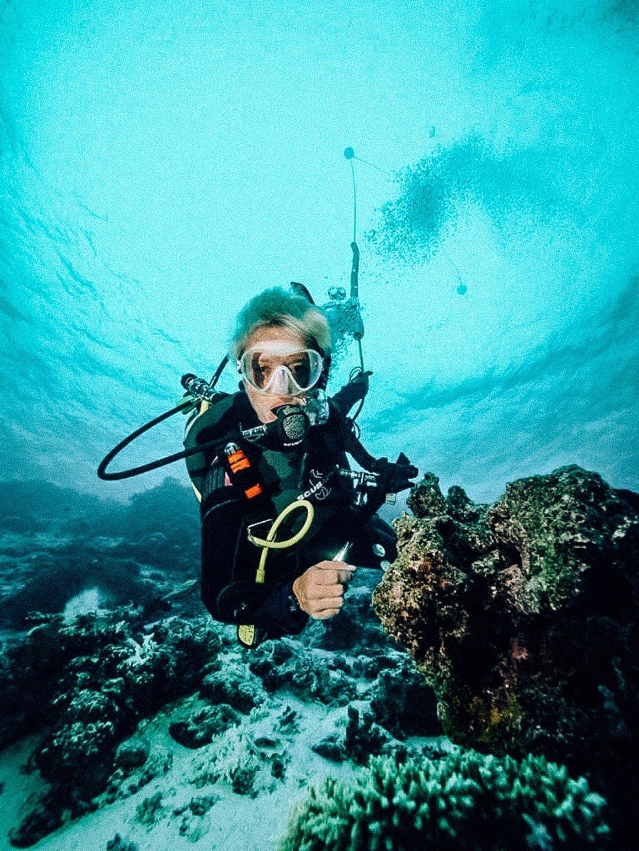 nurkowanie na Malediwach photo by Jorn Theelen, kobieta nrek pod wodą