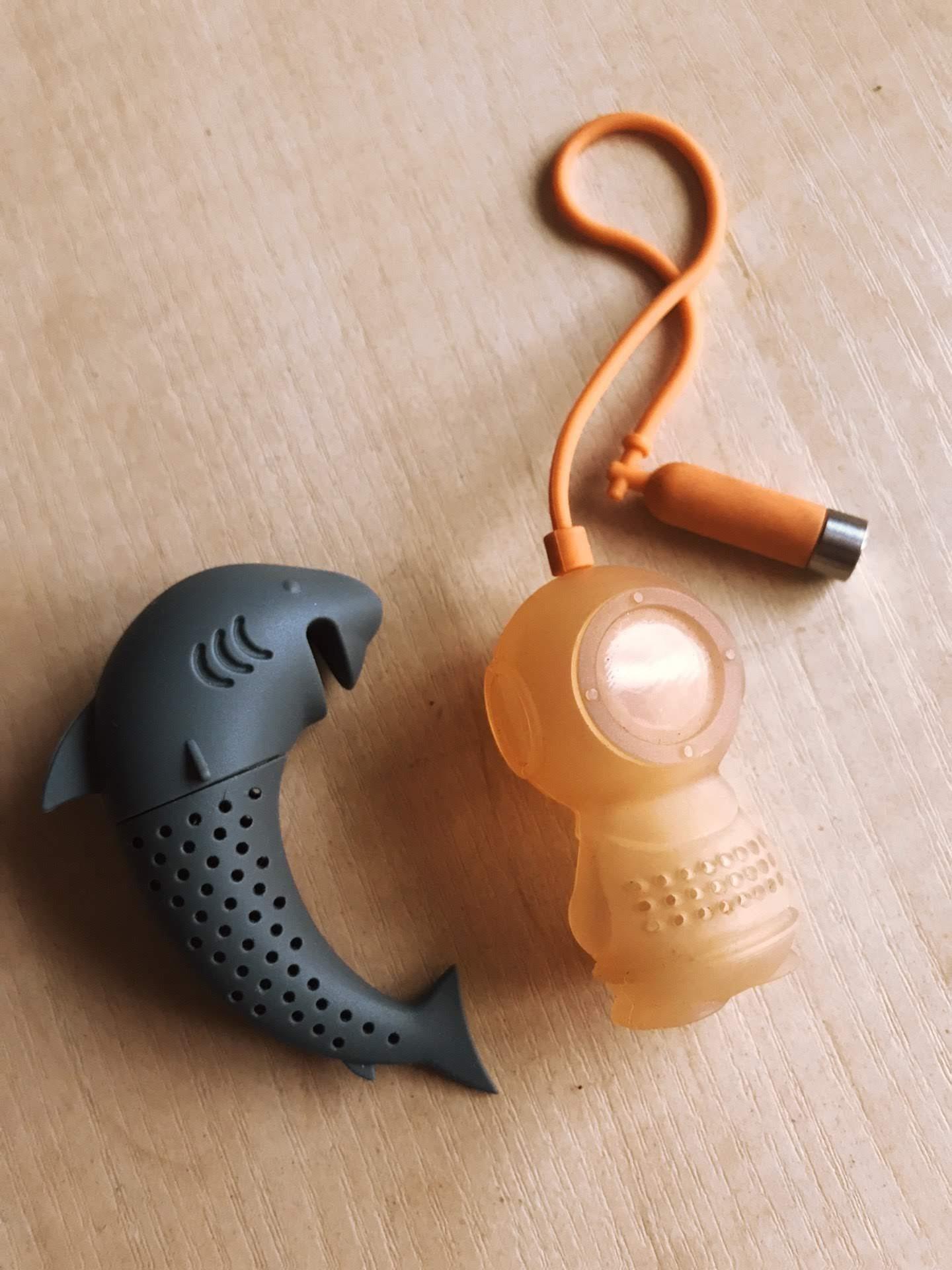 Zaparzarki a nie herbagea w torebkach. Kogo dziwi, że moje mają kształt nurka i rekina?
