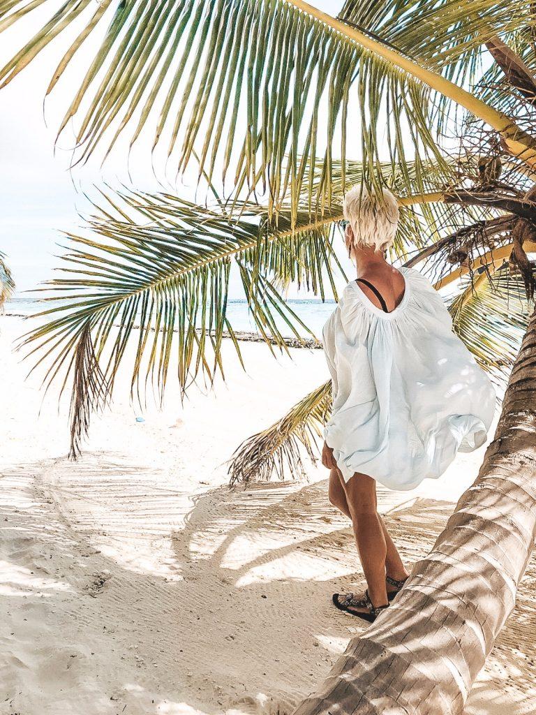 Martyna Skura na plaży, palmy, biały piasek