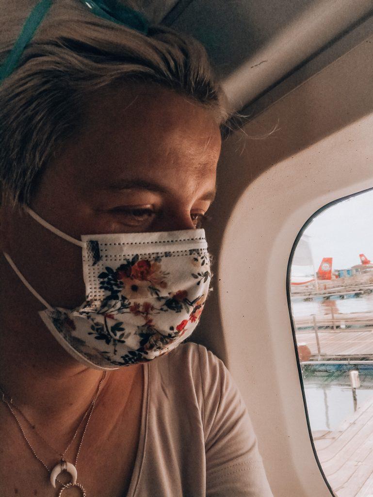 Martyna Skura w maseczce w samolocie, Malediwy